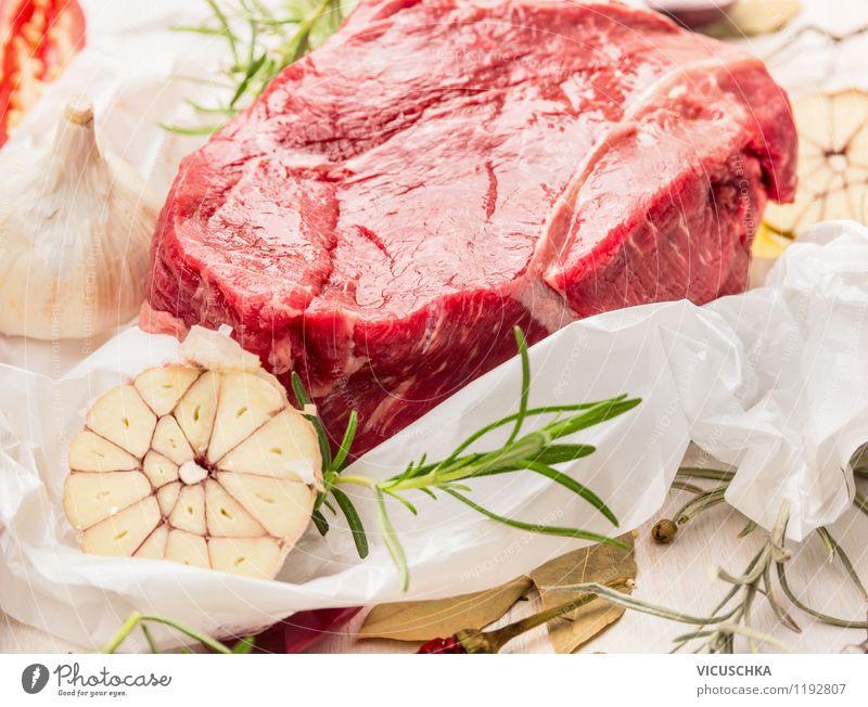 Stück rohes Rinderfilet mit Kräutern und Gewürzen auf Papier Gesunde Ernährung Essen Foodfotografie Stil Lebensmittel Design Tisch Kochen & Garen & Backen