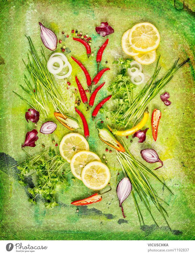 Frische Kräuter und Gewürze mit Zitronenscheiben Lebensmittel Gemüse Salat Salatbeilage Kräuter & Gewürze Ernährung Bioprodukte Vegetarische Ernährung Diät Stil
