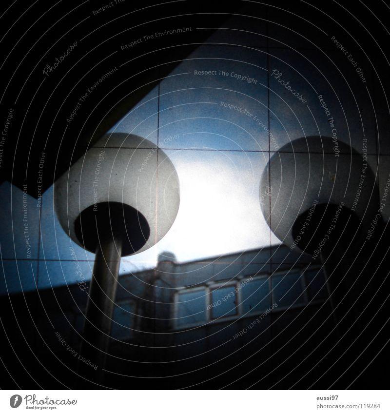 We're in the city dunkel Beleuchtung Technik & Technologie geheimnisvoll Kugel Laterne Verkehrswege Straßenbeleuchtung Raster Rätsel unklar Sucher schemenhaft Elektrisches Gerät Lichtschacht