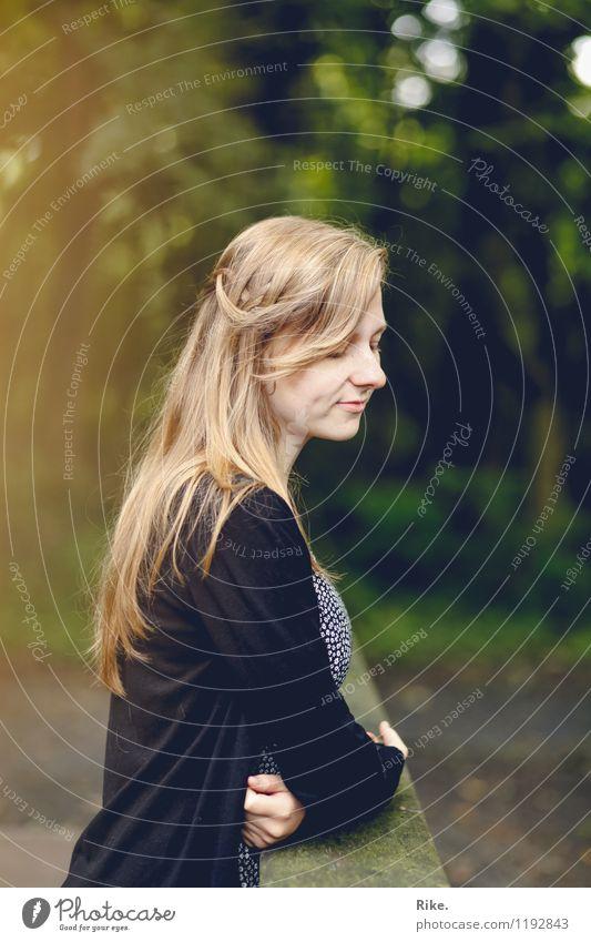 Gedankenvoll. Mensch feminin Junge Frau Jugendliche Erwachsene 1 13-18 Jahre Kind 18-30 Jahre Umwelt Natur Park blond langhaarig Denken Erholung Lächeln träumen