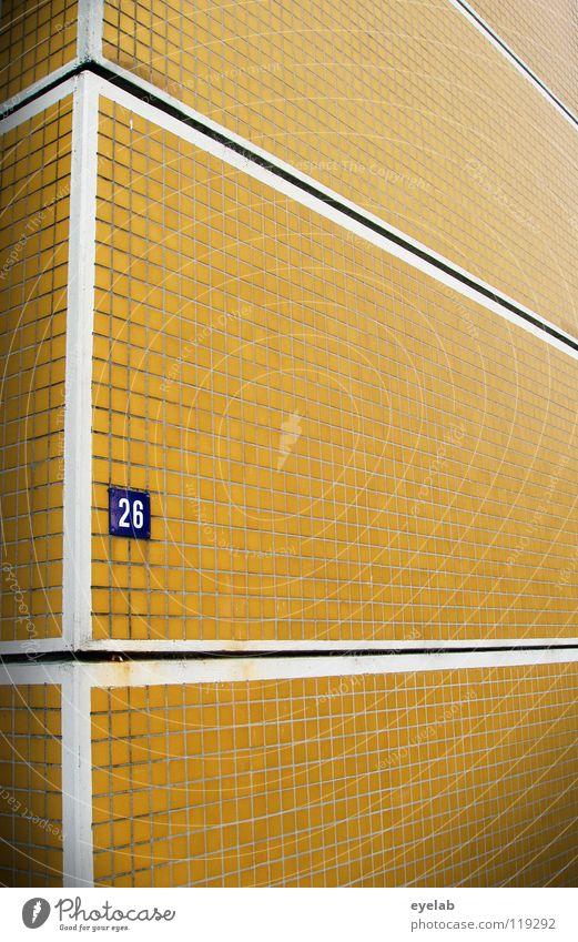 Uninformativer Funktionalismus 4 weiß blau Haus gelb Wand Gebäude Wohnung Schilder & Markierungen Hochhaus retro Ecke Ziffern & Zahlen Fliesen u. Kacheln