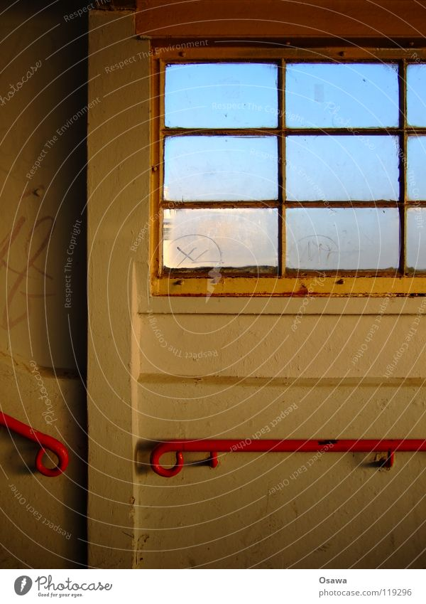 Ostkreuz 07 weiß rot Wand Fenster Glas Treppe Steg Bahnhof Treppengeländer Fleck Treppenhaus Leitersprosse Lichtfleck