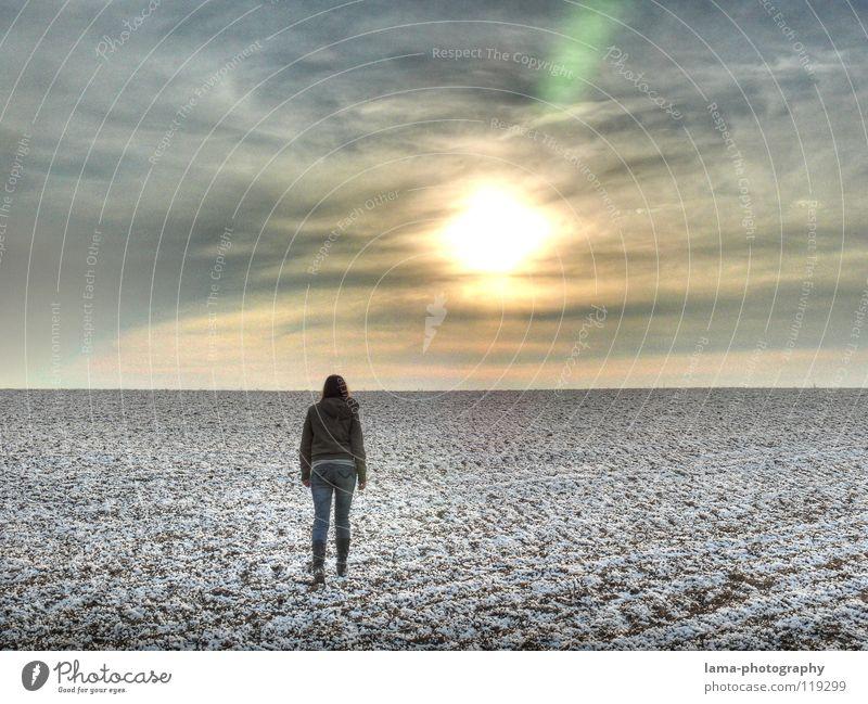 Going Nowhere Einsamkeit gehen wandern Feld Hoffnung planen Unendlichkeit Sonnenstrahlen laufen flüchten Frau Wolken Eis leer blenden Winter Spaziergang