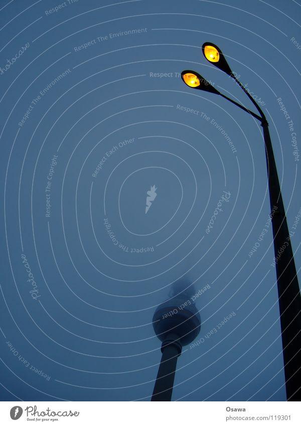 Nebelleuchte Alexanderplatz Mitte Berlin Osten Gebäude Bauwerk Wahrzeichen Wolken dunkel Hochnebel Laterne Straßenbeleuchtung Lampe Licht 2 trüb Winter Denkmal