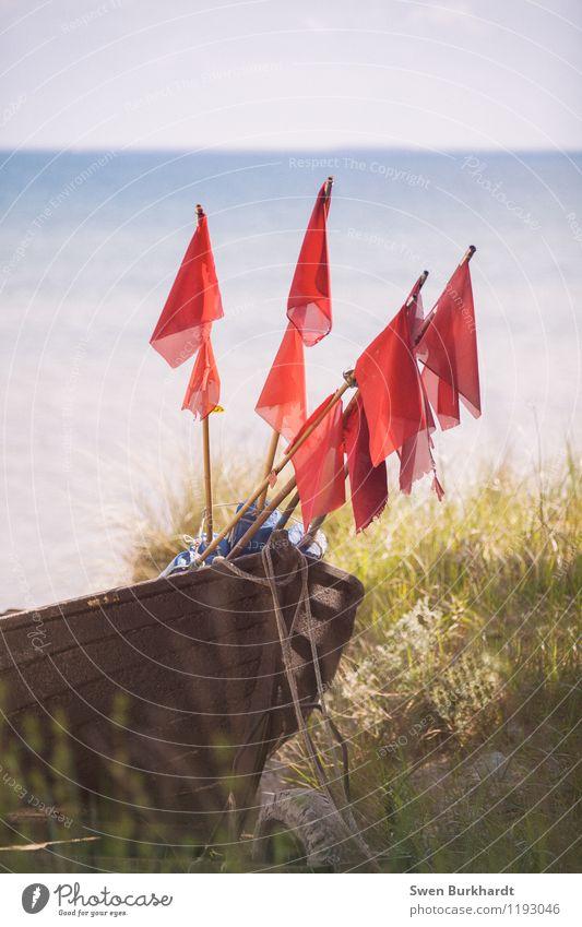 Hisst die Flaggen Natur Ferien & Urlaub & Reisen blau Sommer Sonne Meer rot Landschaft Ferne Strand Umwelt Küste Freiheit Wasserfahrzeug Freizeit & Hobby Tourismus