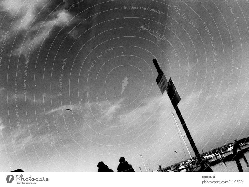 analog schwarz weiß Grauwert Steg Hafeneinfahrt Wolken Patina Fotografie Schwarzweißfoto Ostsee Spaziergang Himmel Schilder & Markierungen Kaianlage Wasser Paar