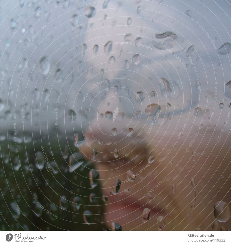 tolles wetter! Frau Himmel Winter Gesicht dunkel grau Traurigkeit Mund Regen Stimmung Angst Glas Nase Wetter Wassertropfen nass