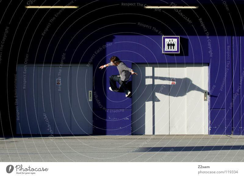 Wallride Wand gehen springen Aktion Fahrstuhl Beton Dach gestreift Jugendkultur Licht Mann Parkdeck Parkhaus Schilder & Markierungen Stirnband Stil Teer