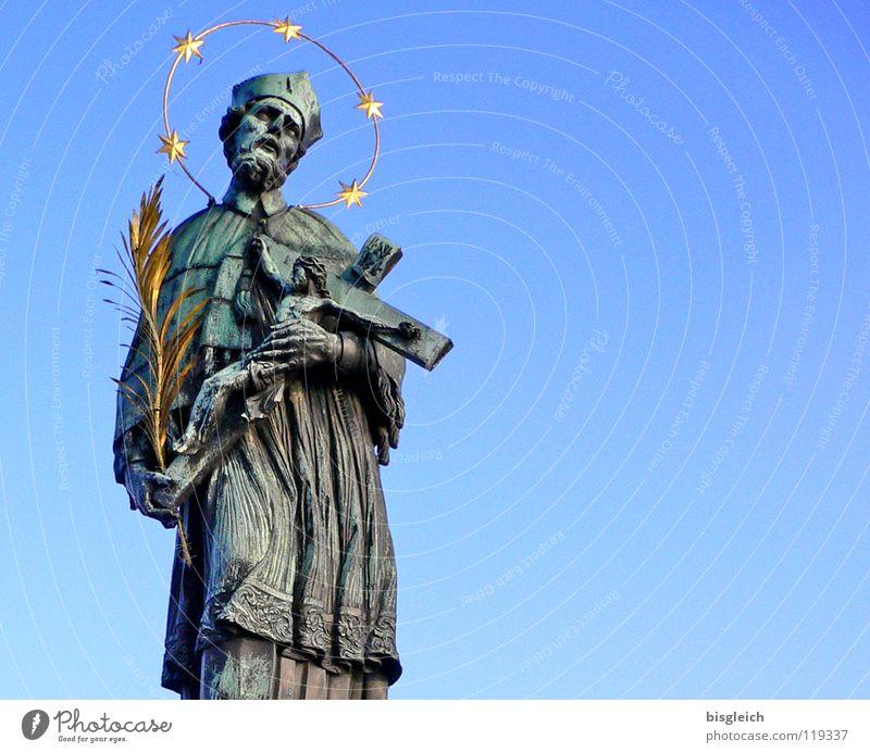Denkmal (Karlsbrücke, Prag) Mensch Himmel Mann blau Erwachsene Religion & Glaube gold Brücke Europa Christliches Kreuz Denkmal Wahrzeichen Skulptur heilig Kruzifix Hauptstadt