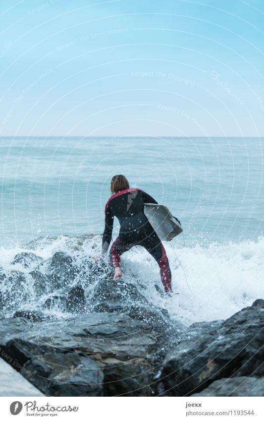 Der richtige Moment Lifestyle Sommerurlaub maskulin 1 Mensch Wasser Himmel Horizont Schönes Wetter Küste Meer Schwimmen & Baden beobachten warten Freude