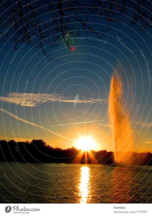 fountain Licht Reflexion & Spiegelung Gegenlicht Sonne Wasser Himmel Wolken Baum See Flugzeug blau gelb Sonnenuntergang Springbrunnen Madrid Spanien