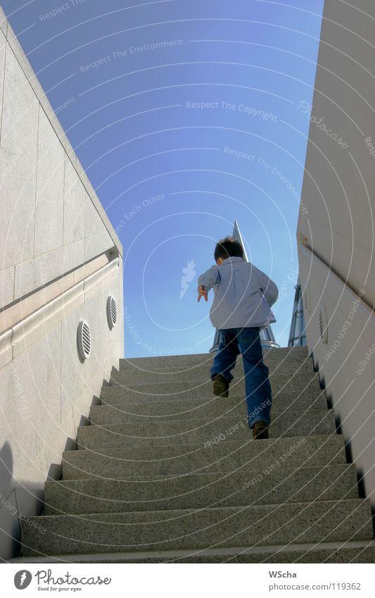 Max on tour grau Kind aufsteigen Beton Kontrast blau Bewegung Treppe