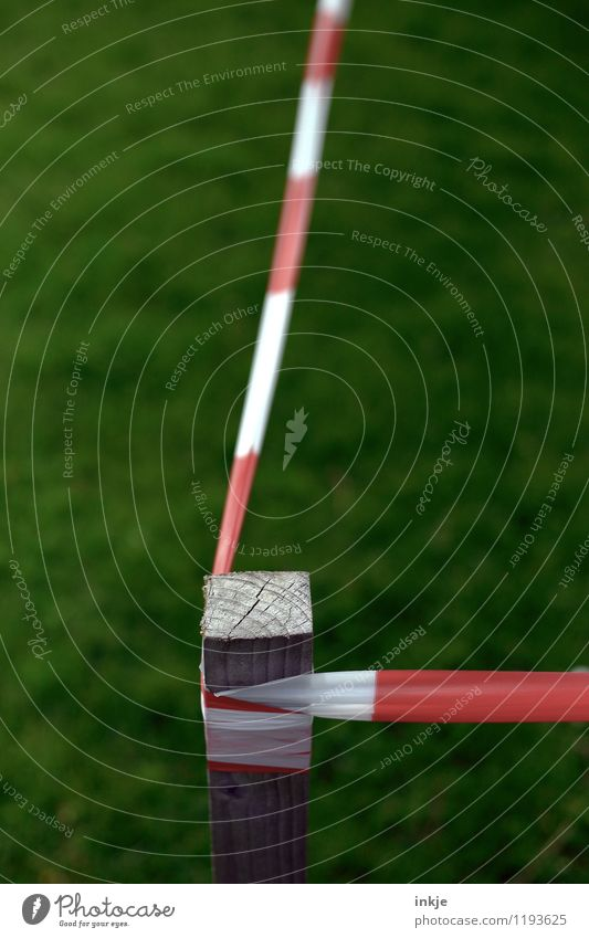 Ecke Wiese Menschenleer Begrenzung Barriere Pfosten grün rot weiß Verbote Komplementärfarbe Grenze Farbfoto Außenaufnahme Nahaufnahme Detailaufnahme