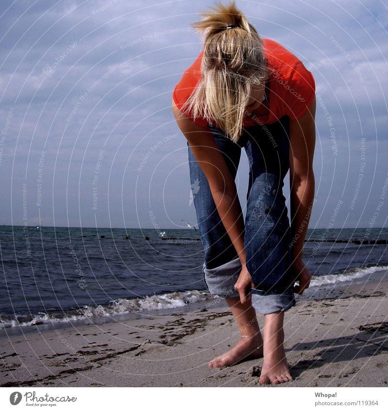 Hosen hoch und rein ins Vergnügen Frau Himmel Meer Strand Haare & Frisuren blond Wind Hose Rostock Warnemünde hochkrempeln