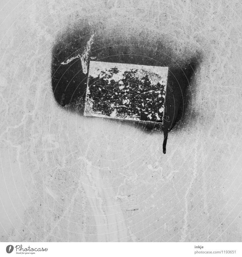 das kann weg. geht aber nicht. schwarz Wand Graffiti Mauer grau dreckig trist Schilder & Markierungen Vergänglichkeit Verfall Fleck Schmiererei Rechteck