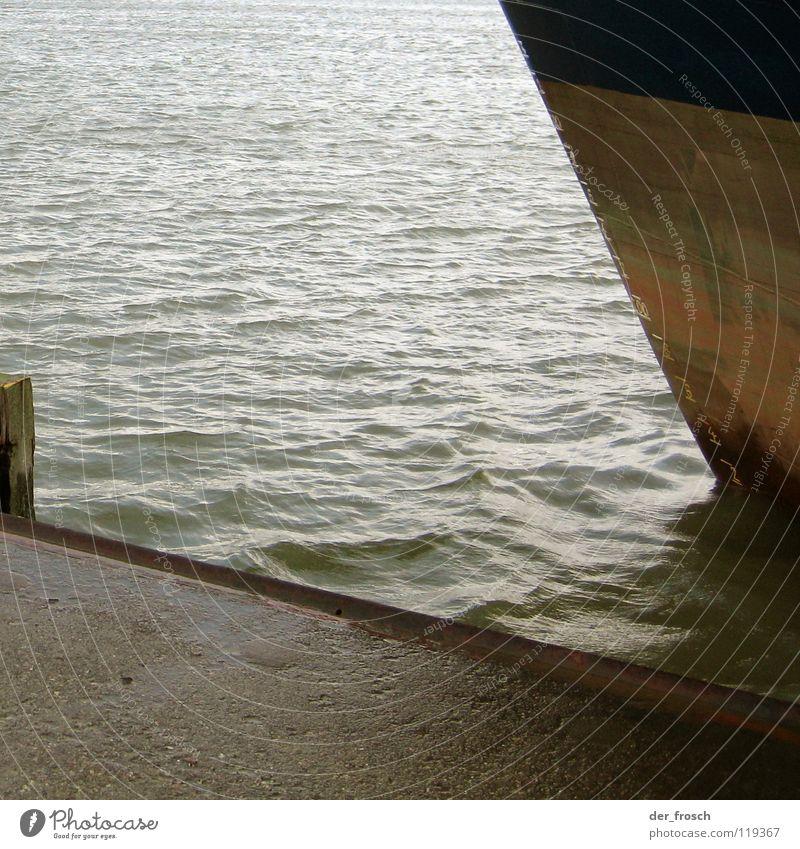 angelegt Anlegestelle Mole Tiefgang ankern Meer Wasserfahrzeug Frachter trist Herbst grau Schiffsrumpf Schifffahrt Industrie Hafen Nordsee