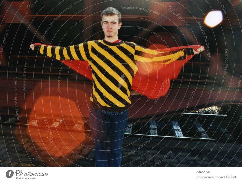 ich wär so gern der superman Mann Jugendliche Bewegung Wind verrückt Eisenbahn Geschwindigkeit Streifen Stoff Gleise Bahnhof Pullover Fleck Tuch Bahnsteig