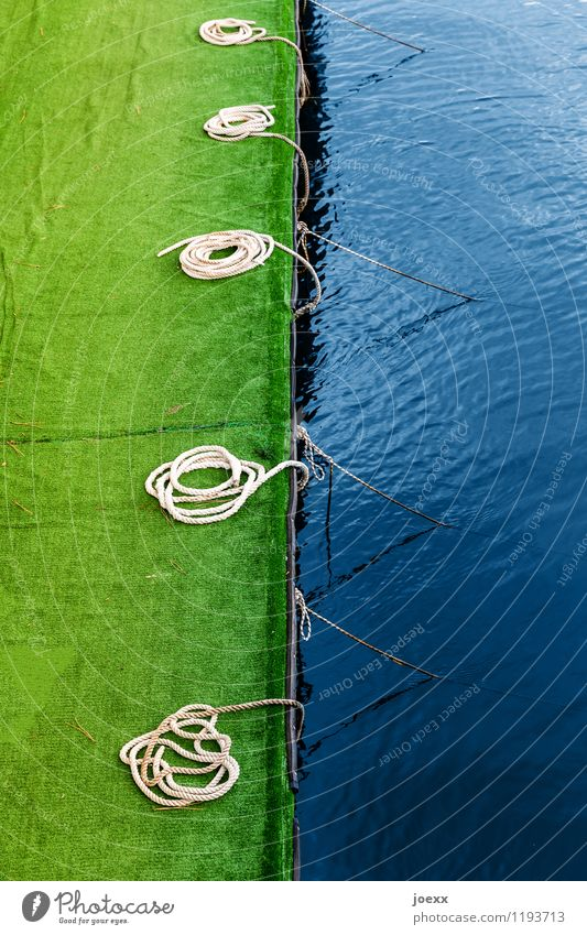 Anlagemöglichkeit Wasser Menschenleer Hafen Schifffahrt Seil rund blau grün Anlegestelle Kunstrasen Farbfoto Außenaufnahme Tag Starke Tiefenschärfe