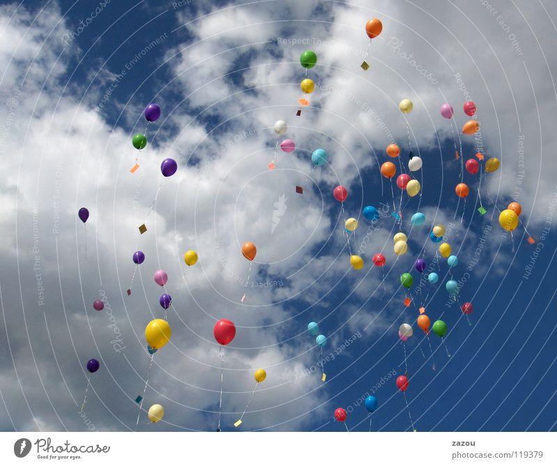 schwarz und weiss in farbe Farbfoto mehrfarbig Tag Sportveranstaltung Himmel Wolken Luftballon fliegen Farbe Helium