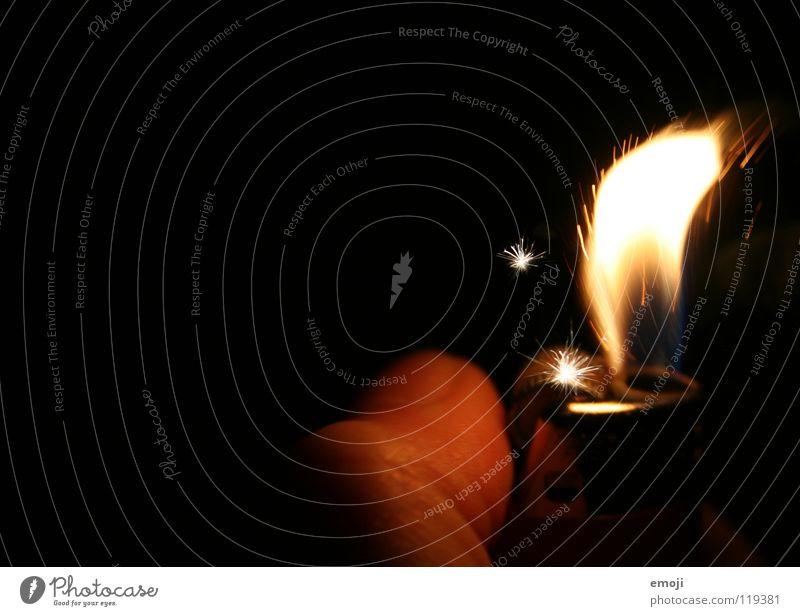 ccchhrrrrzzz Feuerzeug Licht Physik Brand dunkel Makroaufnahme Silvester u. Neujahr Finger Geborgenheit kuschlig entzünden brennen Nagel rot drehen gefährlich
