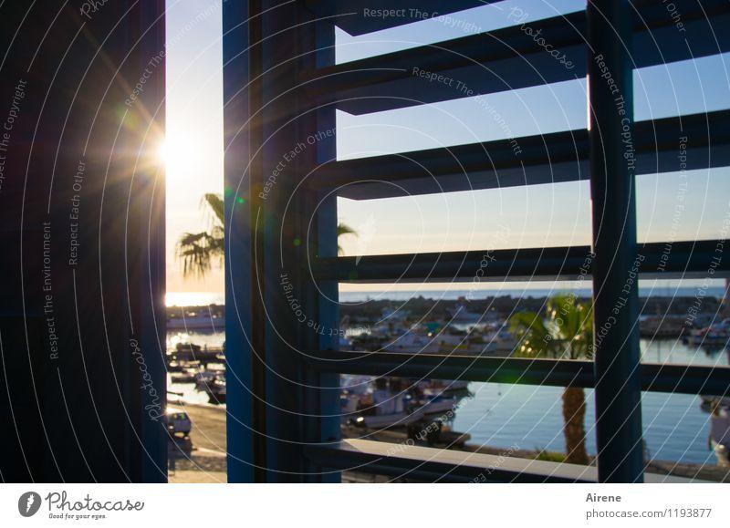 nie wieder | so früh aufstehn! Fenster Fensterladen Jalousie hell blau schwarz Hafen Sonnenlicht Wasserfahrzeug sommerlich aufstehen aufwachen Farbfoto