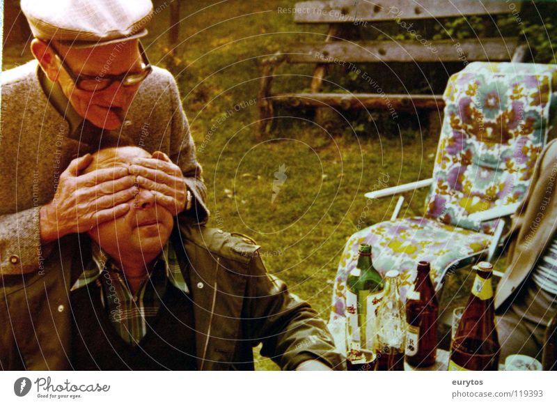 wer bin ich? trinken Bier Flasche Freude Rauchen Ausflug Garten Party Mensch maskulin Männlicher Senior Mann Großvater Hand Wiese Brille Mütze außergewöhnlich