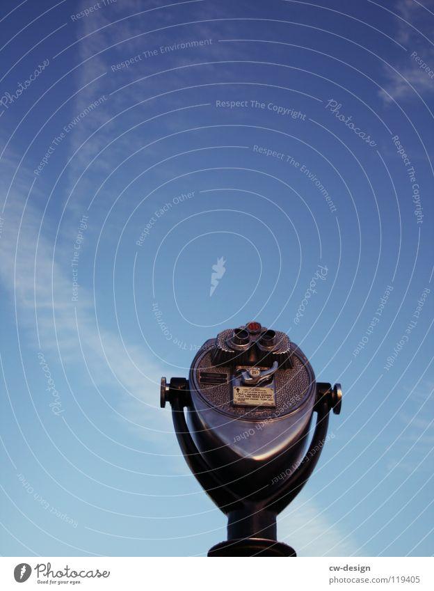 WAS SIEHST DU? Fernglas Teleskop Himmelsrichtung alt Ferne Sehnsucht Fernweh Aussicht blau hell Kontrast Blauer Himmel Textfreiraum oben Textfreiraum Mitte