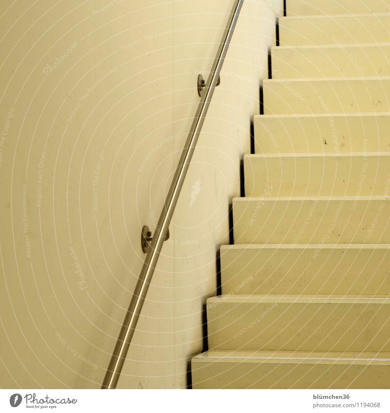 aufwärts! Gebäude Architektur Innenarchitektur Parkhaus Haus Mauer Wand Treppe Treppenhaus Treppengeländer gehen groß hoch lang Business Beton Metall cremegelb