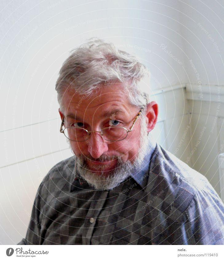 mamas erste wahl Mann alt weiß Freude Gesicht Nase Kommunizieren Brille Ohr Bart Falte Hemd Handwerk Gesichtsausdruck kariert grauhaarig