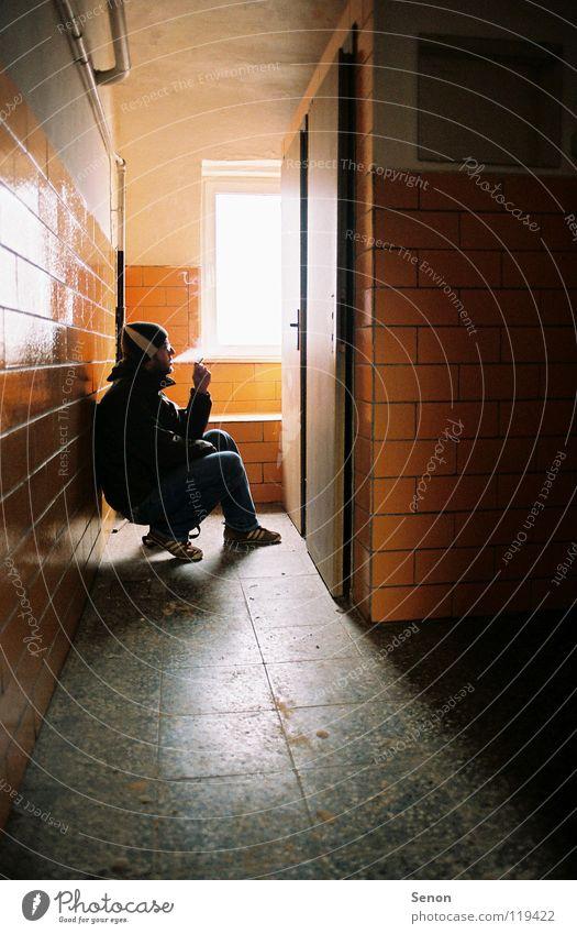 5 min Ruhe bitte Licht eng hocken verfallen Rauchen Silhouette orange Toilette Tür Fliesen u. Kacheln