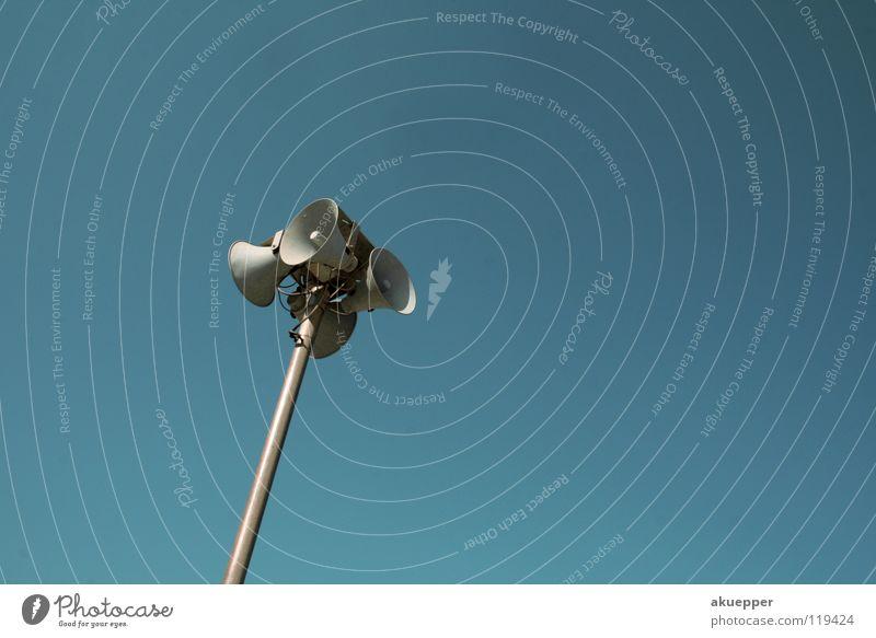 Aufstand im Schlaraffenland Himmel blau sprechen Ohr Kommunizieren hören Richtung Lautsprecher laut Kunde Megaphon Alarm Stimme Gehörsinn Pfeifen lautstark