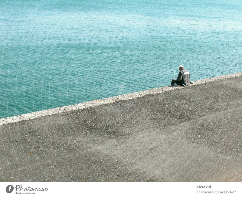 Zeit haben Mann Wasser Meer blau Ferien & Urlaub & Reisen ruhig Einsamkeit Zufriedenheit warten Beton Zukunft Aussicht Hafen Gelassenheit Vergangenheit