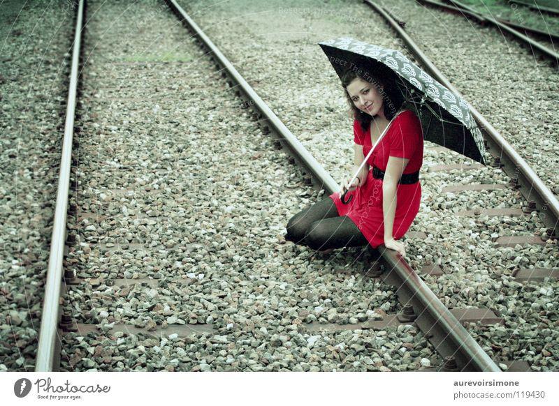 Elle rot Farbe Eisenbahn retro Regenschirm Gleise altehrwürdig
