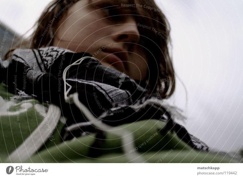 Nummer Drei Jugendliche feminin kalt Winter Rampe Platz Park Nasenloch braun brünett Locken Pullover Unschärfe Schal kariert Schnur Bekleidung schlechtes Wetter