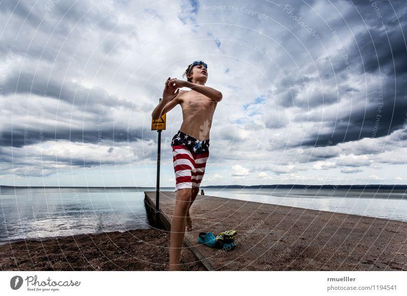 Am Badestrand Freizeit & Hobby Strand Mensch maskulin Kind Junge 1 8-13 Jahre Kindheit Umwelt Natur Landschaft Sand Wasser Himmel Wolken Horizont Sommer Herbst