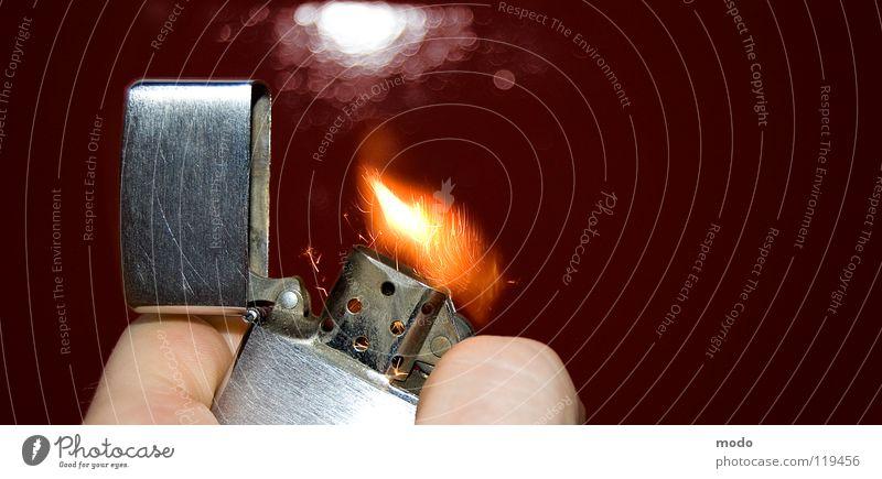 Come on baby, light my fire! Hand Brand Finger offen Rauchen heiß silber Flamme Funken Feuerzeug anzünden Mensch aktivieren Baseballmütze