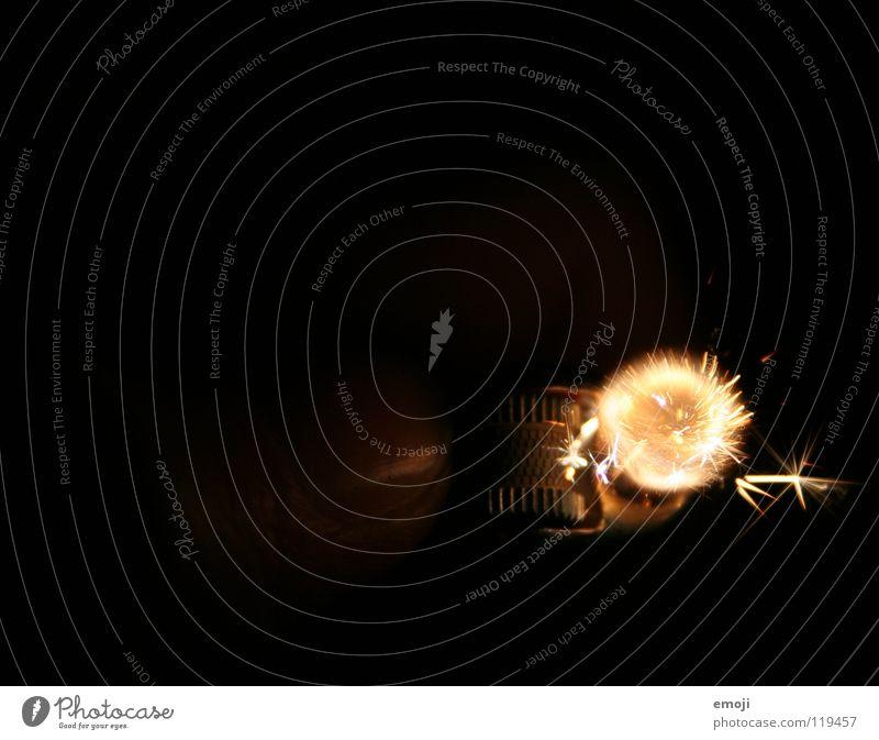 Feuerball rot dunkel Wärme orange gefährlich Finger Industrie Brand festhalten nah Silvester u. Neujahr Physik drehen Feuerwerk Geborgenheit brennen