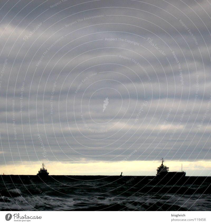 Auf hoher See I Farbfoto Außenaufnahme Menschenleer Textfreiraum oben Abend Licht Silhouette Ferne Meer Wellen Wasser Himmel Wolken Ostsee Schifffahrt