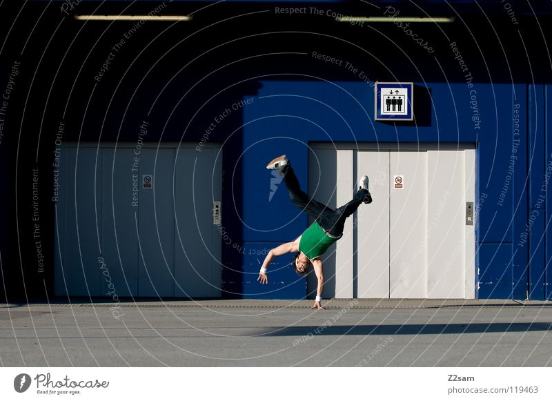 HANDPLANT Mensch Mann Hand Jugendliche grün blau Sport Spielen Stil Bewegung Beine Tanzen maskulin Beton Schilder & Markierungen modern