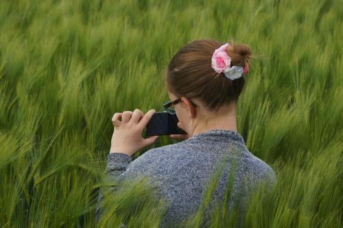 Das muss ich festhalten! Mensch Kind Natur Jugendliche Pflanze grün Junge Frau Hand Landschaft Mädchen Umwelt natürlich feminin Haare & Frisuren Kopf Feld