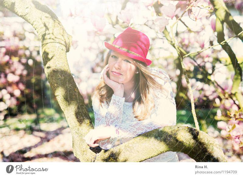 1. Mai II Jugendliche Mensch 13-18 Jahre Frühling Mode T-Shirt Hut blond langhaarig stehen schön Zufriedenheit Lebensfreude Frühlingsgefühle ruhig Erholung