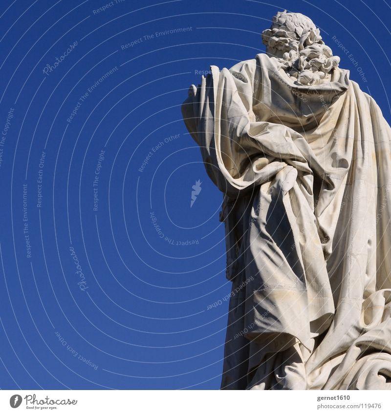 Von hinten Statue Philosoph Rückseite historisch Denkmal Souvenir weiß Robe Perücke Umhang Faltenwurf Kunst Kunsthandwerk Wahrzeichen Stein Marmor blau Himmel