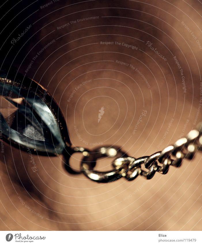 fest verbunden Frau schön alt Lampe Stein braun glänzend Glas elegant gold Reichtum Schmuck Kette edel schick Glamour