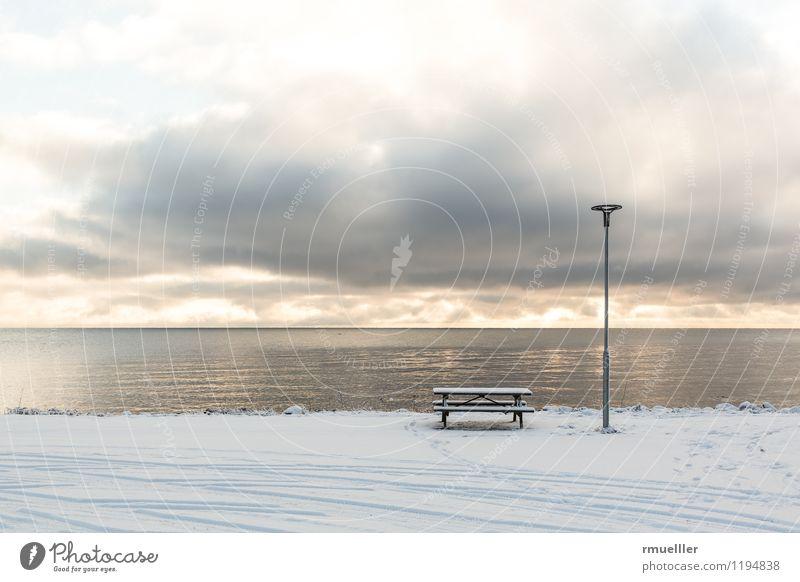 Ruheplatz Ferien & Urlaub & Reisen Tourismus Ausflug Ferne Winter Schnee Umwelt Natur Landschaft Himmel Wolken Seeufer Vätternsee genießen ästhetisch