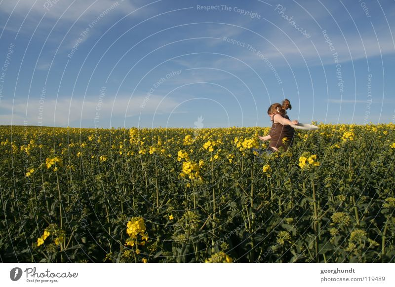 Franzi goes yellow Feld Raps Rapsfeld gelb grün Sommer Wolken Wiese Spielen Mädchen Frau Mecklenburg-Vorpommern Freude blau Himmel laufen rennen wegrennen Freue