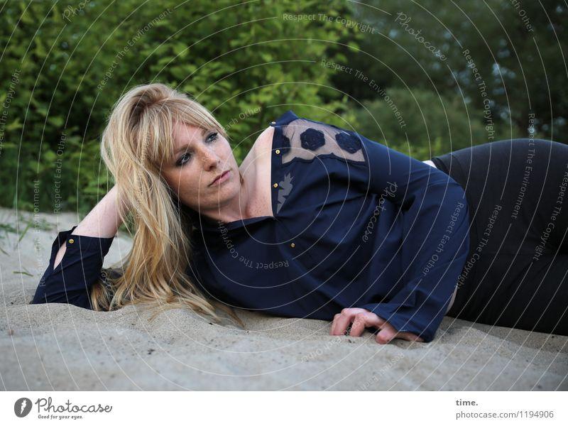 Mirika feminin Frau Erwachsene 1 Mensch Sand Pflanze Sträucher Küste Strand T-Shirt Hose blond langhaarig beobachten Denken liegen Blick träumen warten