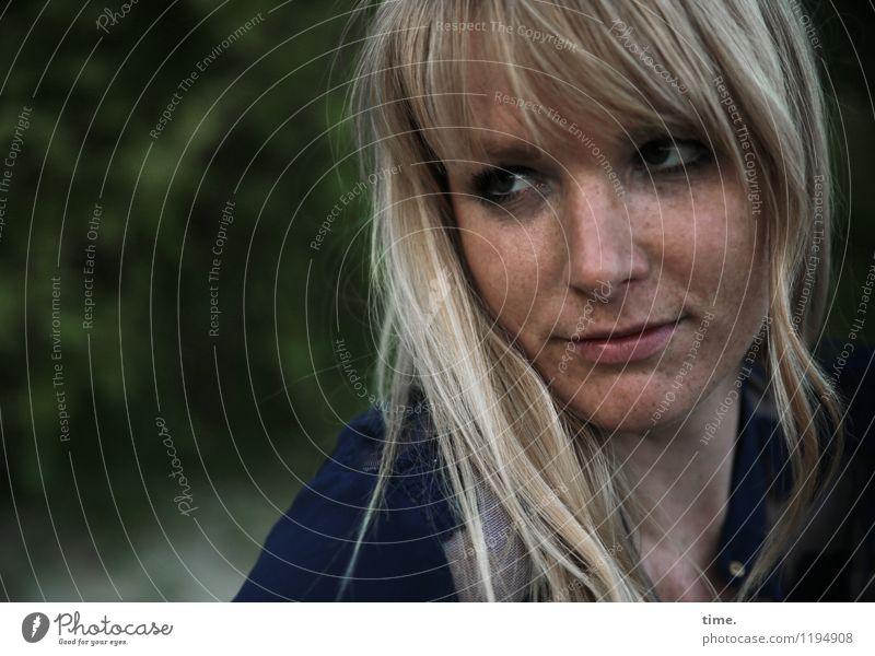 Mirika feminin Frau Erwachsene 1 Mensch Park T-Shirt blond langhaarig beobachten Denken Blick träumen warten schön Wachsamkeit Vorsicht Gelassenheit geduldig