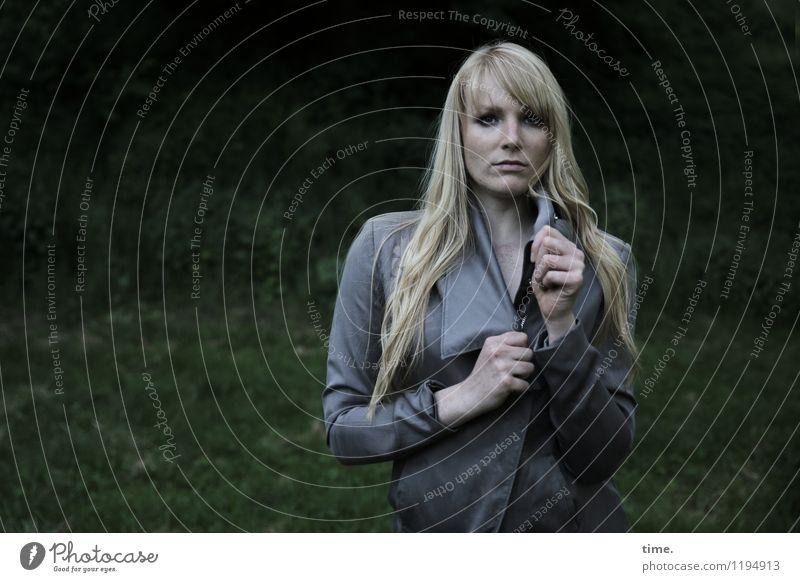. feminin Frau Erwachsene 1 Mensch Park Jacke Haare & Frisuren blond langhaarig beobachten Blick stehen warten dunkel schön selbstbewußt Coolness Willensstärke