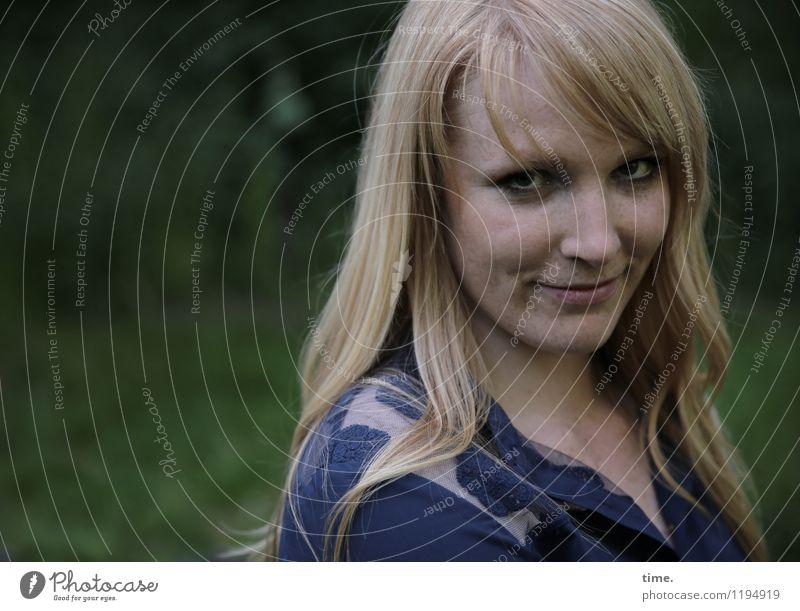 Mirika feminin Frau Erwachsene 1 Mensch Park Hemd blond langhaarig beobachten Lächeln Blick warten schön Zufriedenheit Wachsamkeit Vorsicht Gelassenheit
