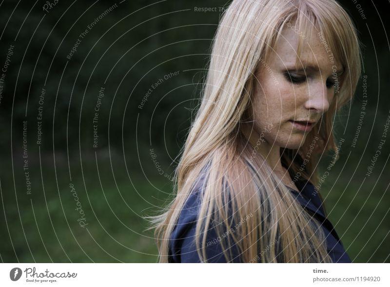 . Mensch Frau schön ruhig Erwachsene feminin Denken Stimmung Park träumen blond stehen warten beobachten Schutz Sicherheit